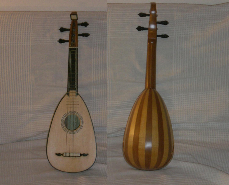 mandolino bresciano (o cremonese) a 4 ordini semplici da Mattia Scolari (1799), tavola in abete, doghe in pero, tastiera in ebano, diapason cm 32, copia del liutaio Carlo A. Cecconi (Tarquinia, VT, 2003)